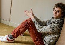 Michael Cera sentado en el suelo