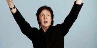 Paul McCartney con los brazos en alto