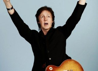 Paul McCartney con los brazos en alto