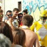 Sonorama Ribera 2014: Raphael, The Clash y el Power Ranger amarillo {focus_keyword} Entrevistamos a Niños Mutantes power ranger amarillo bailando entre gente plaza aranda de duero