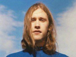 Retrato de Jaakko Eino Kalevi con el cielo de fondo.