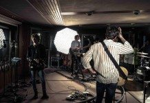 The Kooks grabando en el estudio.