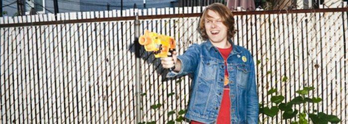 Ty Segall apuntando con una pistola de agua.