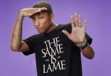 Pharrell Williams con una camiseta de The Same Is Lame