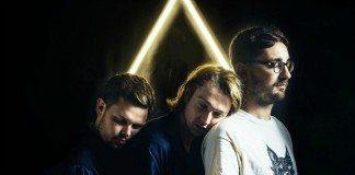 Alt-J apoyados entre sí con un triángulo de luz