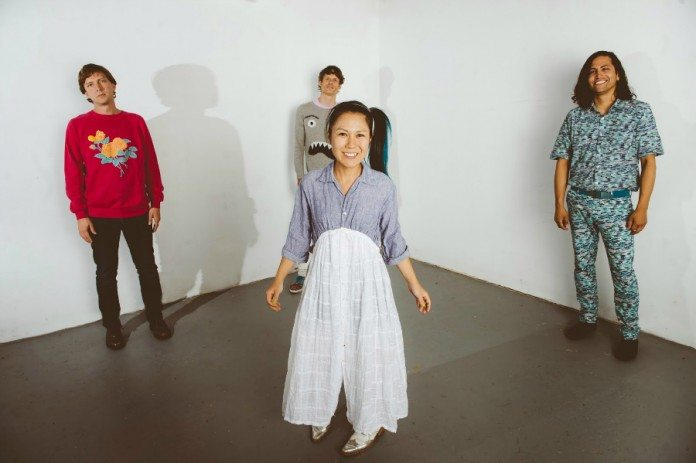 Deerhoof en una pared blanca