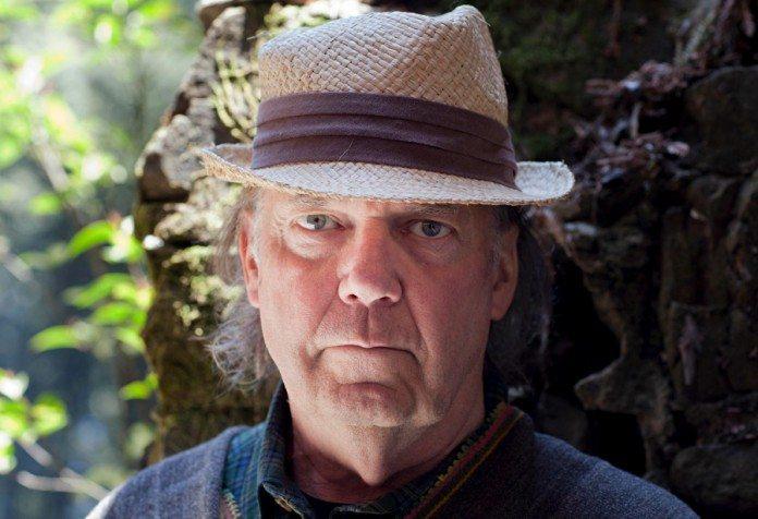 Neil Young con un sombrero en el campo
