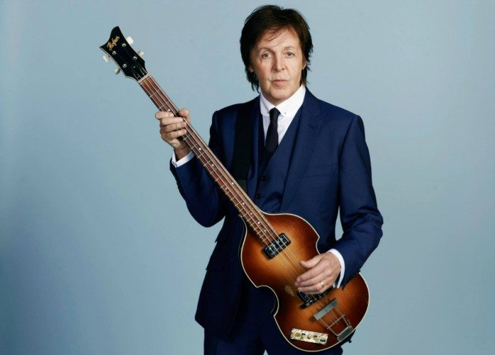 Paul McCartney con el bajo y el fondo azul