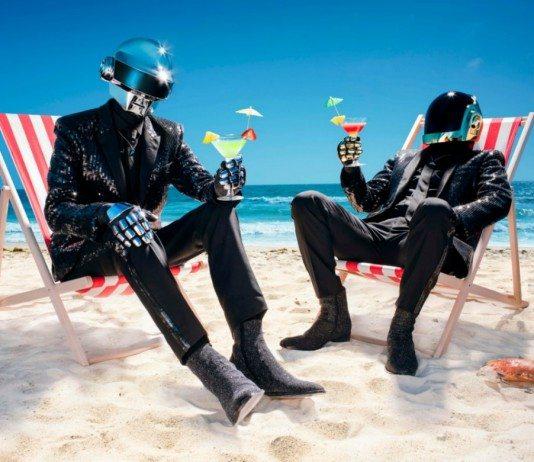 Daft Punk sentados en la playa y tomando un cóctel.