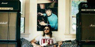 King Tuff en una habitación con un poster del Doctor Spock.