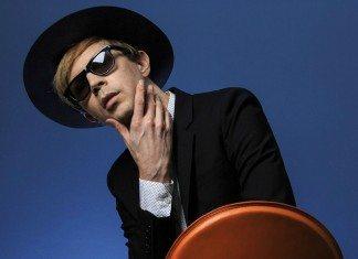 Beck con gafas de sol con fondo azul