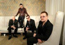 U2 sentados en sofás
