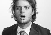 Mac Demarco con una pompa en la boca.