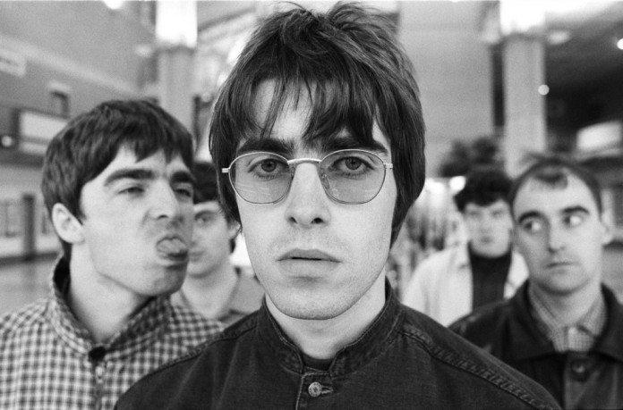 Noel Gallagher saca la lengua a Liam Gallagher.