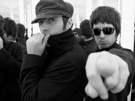 Noel Gallagher señala a la cámara junto a Liam Gallagher.