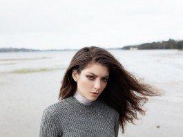 Lorde en la playa con el pelo liso