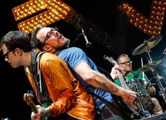 Weezer en directo espalda contra espalda