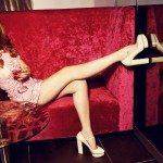 Lana del Rey en sofá rojo