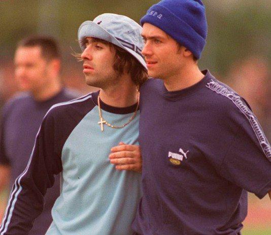 Damon Albarn y Liam Gallagher en un partido de fútbol