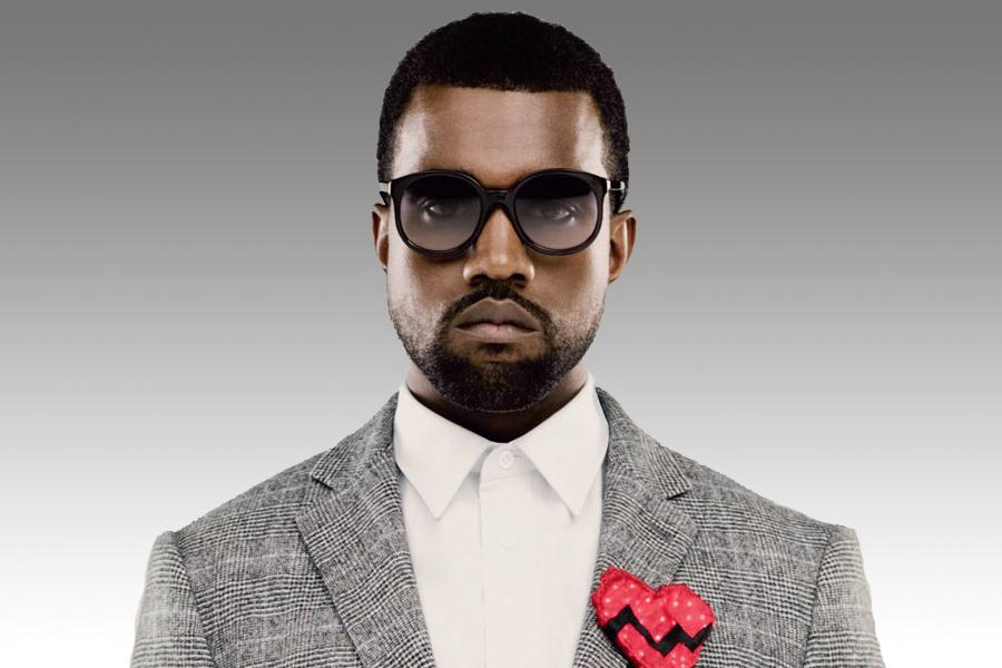 Kanye West con broche de corazón