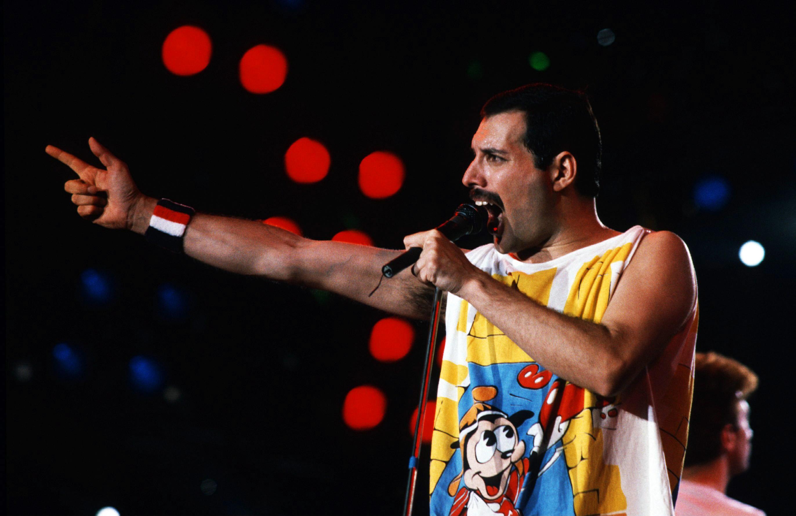Freddie Mercury con camiseta de dibujos