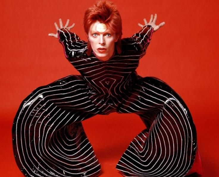 David Bowie con fondo rojo