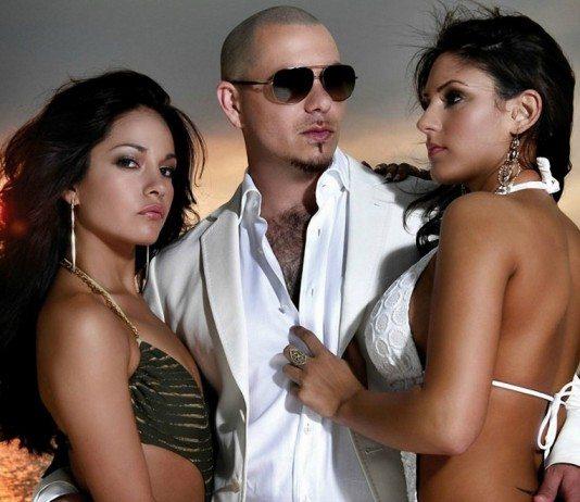 Pitbull y dos chicas en el mar