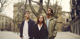 Ángel, Tasio y Ana, es decir, Belice, posan en un paraje rústico