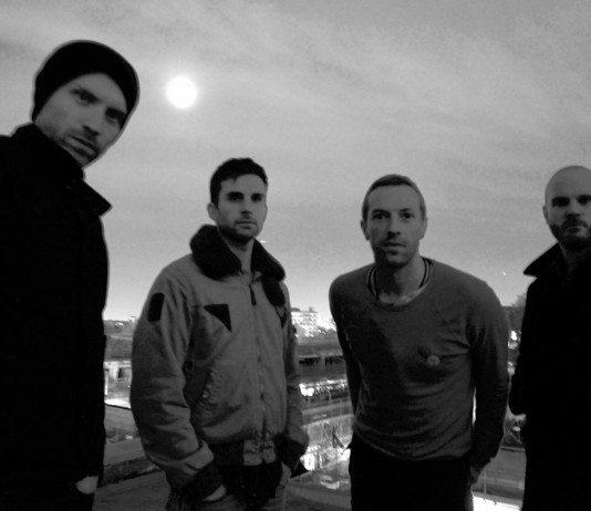 Coldplay en blanco y negro bajo la luna.