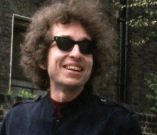 Bob Dylan sonríe al cartel del anuncio de ING Direct en 1966