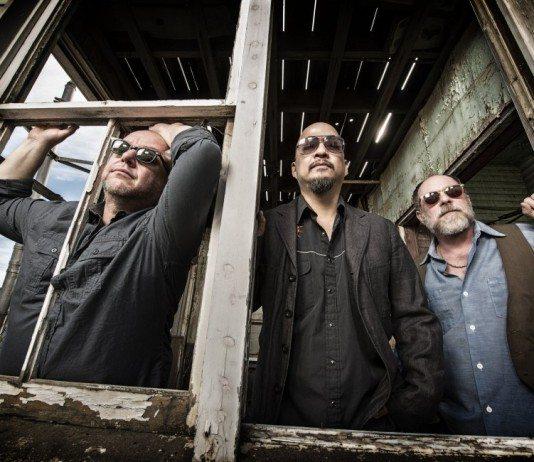 Pixies en una ventana de madera