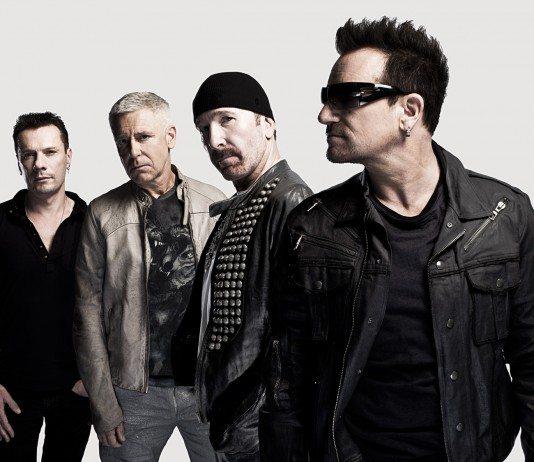 U2 posando en un fondo blanco