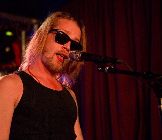 Macaulay Culkin con The Pizza Underground cantando en directo