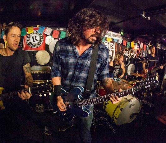 Foo Fighters tocando en un bar