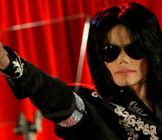 Michael Jackson con gafas de sol y un telón rojo en 2009