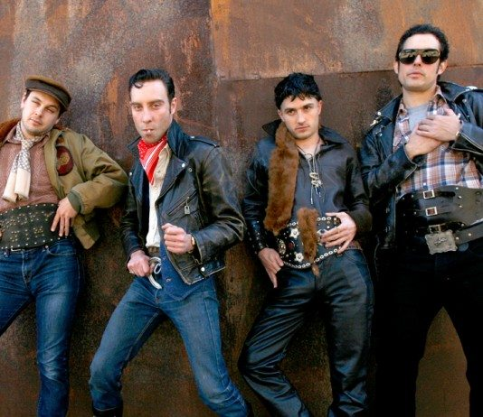 Black Lips posando en una pared cobriza