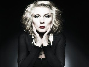 Debbie Harry con fondo negro