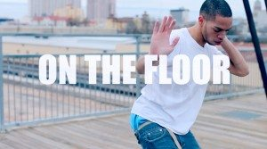 Ice JJ Fish bailando 'On The Floor' sobre un puente.