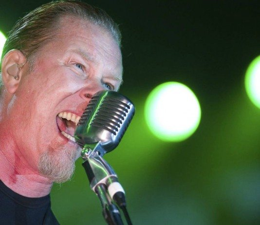 James Hetfield cantando en directo con luces verdes
