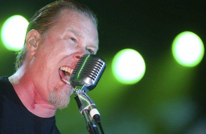 James Hetfield cantando en directo con luces verdes