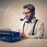 Periodista escribiendo a máquina y fumando de pipa