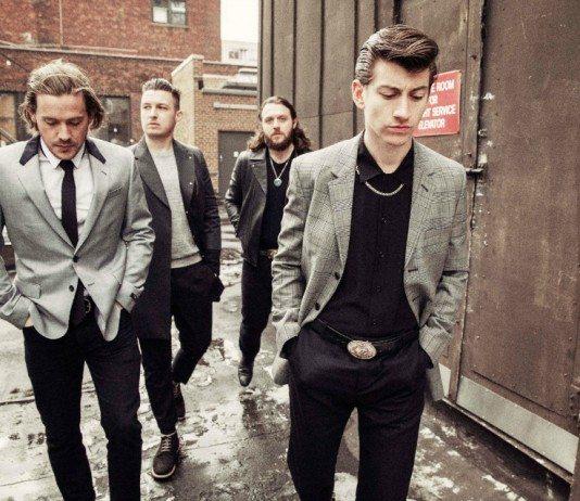 Arctic Monkeys de traje en un callejón