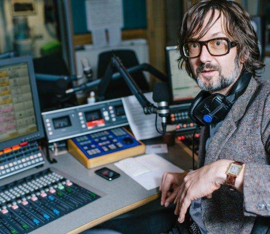 Jarvis Cocker en un estudio de radio.