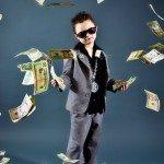 Niño rico con traje lanza dinero.