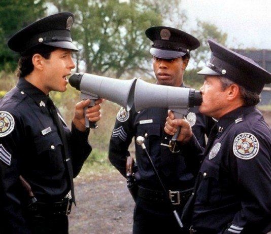 Pelea de megáfonos en 'Loca academia de policía'