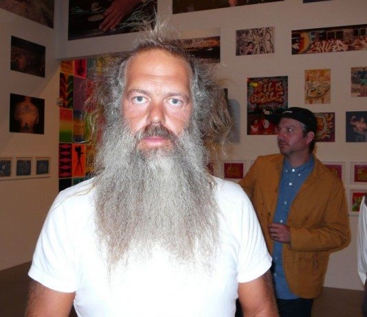 Rick Rubin con camiseta blanca en una exposición.
