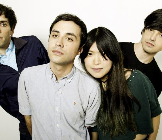 The Pains of Being Pure at Heart con fondo blanco