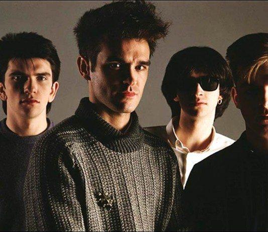 The Smiths de oscuro con un fondo gris