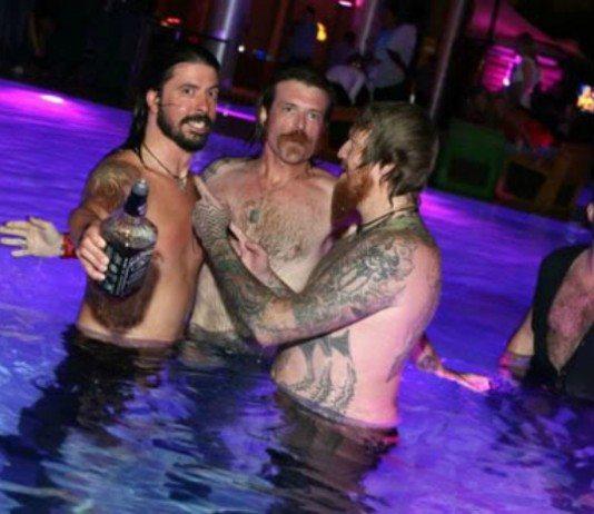 Dave Grohl, Jesse Hughes y Brent Hinds en una piscina