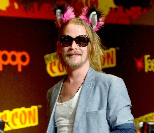 Macaulay Culkin con gafas de sol y orejas de peluche